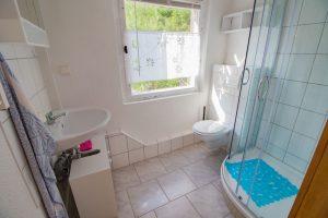 Dusche und WC eines Bungalows der Waldpension Giegengrün